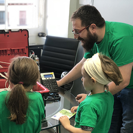 An Intelygenz developer teaching children how to code